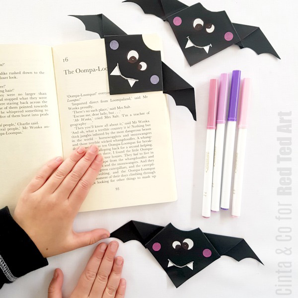Simple Bat Bookmark Corner for kids. Learn how to make this origami bat and turn it into a fabulous bookmark #origami #bats #bookmarks
